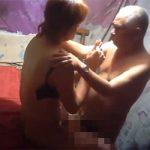 【中国売春宿盗撮】おじいちゃん相手に身体を売る嬢、キスを拒否するのがとても生々しい