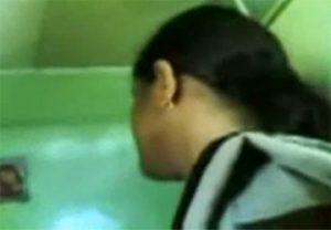 【動画】巨乳のインド人マッサージ師が隣室のスタッフとおしゃべりしながら手コキ