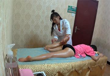 【動画】タイマッサージを受ける中国人女性