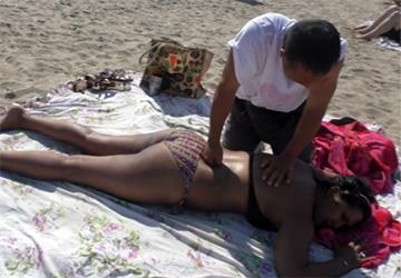 【素人マッサージ】ビーチで声を掛けられた黒人女性がマッサージを受ける様子、途中乳首がチラっと映ってしまう
