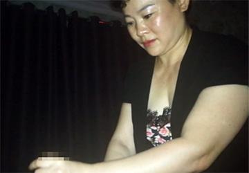 【中国マッサージ店】オイリーな肌質の熟女マッサージ師が黒人男性に回春マッサージ