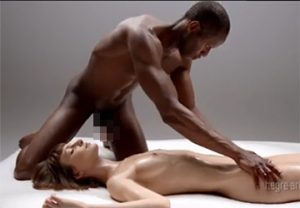 【アート】黒人男性と白人女性の芸術的な相互マッサージ