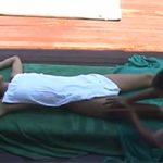 【タイマッサージ盗撮動画】屋外で男性マッサージ師にオイルマッサージを受ける女性の様子を隠し撮り、最後は手マンでイカしてもらう