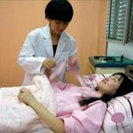 【真面目な医療動画】物凄く可愛くてチャーミングな女医さんが若い女性のおっぱいを触診