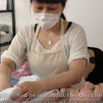 【おっぱいマッサージ】日本で暮らす外国人女性が助産院でおっぱいのマッサージを受ける様子