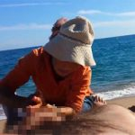 【ビーチマッサージ】地元のオバちゃんっぽい2人の熟女にビーチでマッサージを受ける男性