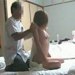 【旅館マッサージ盗撮動画】旅館の専属と思われるマッサージ師の施術を全裸で受ける露出狂の女性