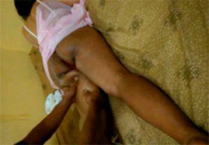 【マッサージ動画】恐らくはインドの方と思われる褐色女性がTバック姿で下半身のオイルマッサージを受ける様子