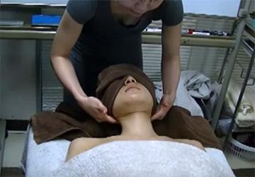 アロママッサージの通信講座の動画、講師の女性が頻繁に胸チラしていてそそる