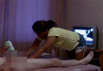 【マッサージ盗撮動画】1つ前の動画と同じシリーズ、前の動画に登場する嬢と違い彼女は素直に手コキをしてくれた