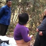 【中国素人ハメ撮り動画】ここは姥捨て山か!?山の中で青姦する老人3人・・・・