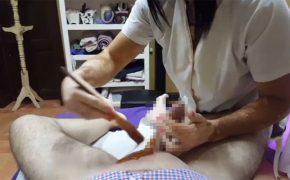 【男性ブラジリアンワックス施術動画】慣れた手つきで性器周りの毛を除去していくオバちゃんと勃起しつつ身を任せる男性客