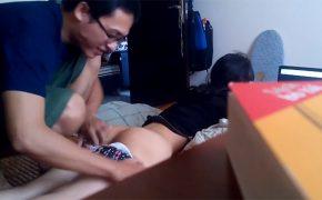 【素人カップル盗撮動画】PCに夢中な彼女のパンツをニコニコしながら脱がす彼氏