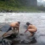 【危険が危ない】雨でかなり増水している川で行水をするぽっちゃり熟女2人