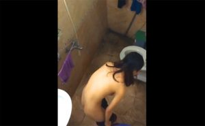 【ベトナム民家風呂盗撮動画】スレンダーな女の子が身体を洗う様子