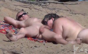 【ヌーディストビーチ盗撮動画】妻の目の前でチンコぴくぴくさせてたらパクっとしてくれた