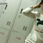 【中国公共浴場盗撮動画】ユニークなファッションセンスの若い女の子が全裸になっていく様子