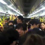 【海外の反応動画】日本に旅行した海外の方が満員電車ではしゃぐ様子