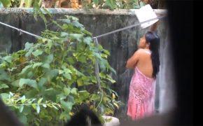 【隠し撮り】野外で水浴びをする若いインドの女性