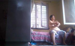 【インド民家盗撮動画】お風呂上りにローションを身体に塗るぽっちゃり熟女