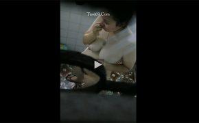 【中国民家風呂盗撮動画】シャワーを浴びながら鼻をほじる姿に生々しさを感じる動画