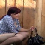 【野ション盗撮動画】真昼間の路上で当たり前のようにオシッコする女性