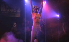 【カルト】全裸になって歌い、バンドメンバーにクンニをさせる・・・そんなドイツの女性シンガー