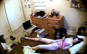 【民家盗撮動画】2匹の犬と暮らす女性が自宅のベッドでオナニーする様子