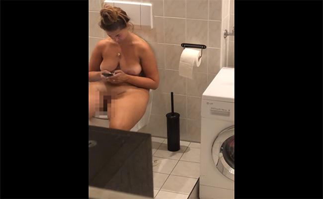 【民家トイレ盗撮動画】全裸で用を足すグラマラスな女性を窓から隠し撮り