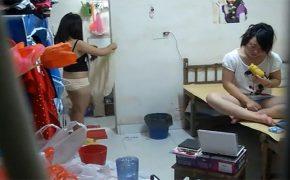 【中国大学女子寮盗撮動画】色気の無い格好でゆでトウモロコシを齧りながらTVを見て爆笑する若い女の子