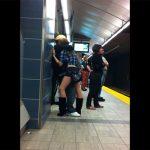 【地下鉄盗撮動画】駅のホームで物凄くセックスしたそうに彼氏に足を絡める女の子