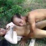 【インド素人カップル動画】青姦してたら撮影されてしまい慌てるカップル