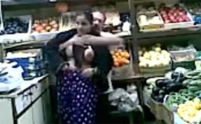 【防犯カメラは見ていた】インドで八百屋を営む夫婦、勤務中にも関わらず店内で性行為に及んでしまう・・・・