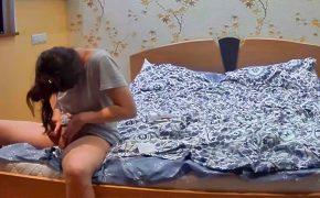 【民家盗撮動画】ベッドでマン毛の処理をするカザフスタンの女の子、最終的に彼氏に手伝わせるwwwwwww