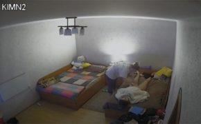 【Webcamハッキング】友達に全裸でオイルマッサージして貰ってる女の子、普通に股間付近まで手が伸びる・・・