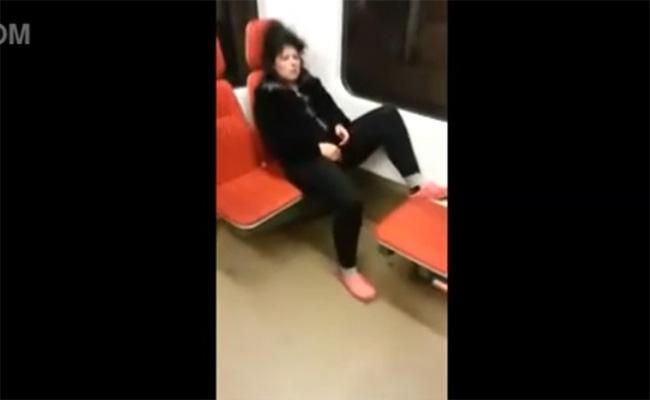 【電車内盗撮動画】何故か電車内で堂々とオナニーしだす熟女