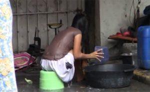 【インド盗撮動画】通行人が行き交う路上で身体を洗う女性