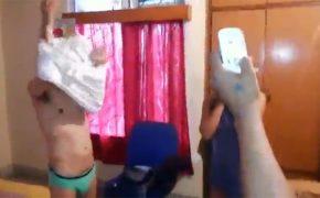 【裏風俗摘発動画】インドの裏風俗で女性を買ったら現行犯で捕まった男性・・・女性と2人並ばせられて写真を撮られ晒し者に!