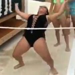 【ハプニング】リンボーダンスに挑戦したら水着が破れてマンコ丸出しになってしまった女の子wwwww