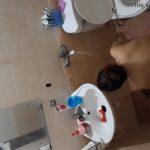 【中国民家盗撮動画】便器の真横にシャワーなユニットバスで身体を洗う若い女の子