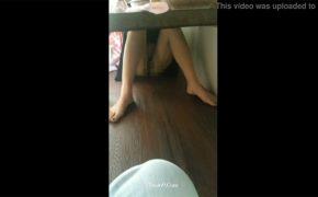 【個人撮影】パンツも履かずに下半身丸出しでご飯食べてる彼女を隠し撮り!