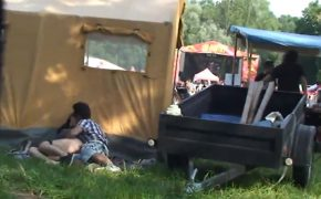 【夏フェスあるある】盛り上がって物陰でセックスはじめたカップルが盗撮される
