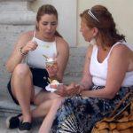 【路上パンチラ盗撮動画】路上に座り込んでパンチラしながらアイスを食べる若い女の子