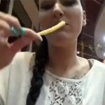 【食ザーと言う文化】ハンバーガー店内で手コキしてポテトに彼氏のザーメンぶっかけて食べる彼女