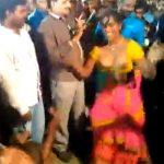 【踊ってみた】群集の中で踊りながら衣服を脱ぎ裸体を晒すインド人女性
