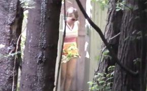 【トイレ盗撮動画】何故か公園のトイレでドア開けっぱなしでオシッコする女性達
