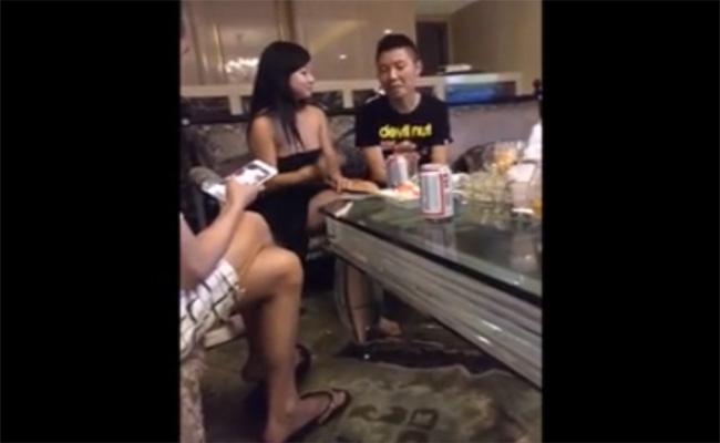 【中国キャバクラ盗撮】客席で全裸になっておっぱい触らせてくれる女の子