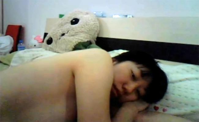 【Webカメラハッキング動画】裸でベッドに寝転ぶ若くて可愛い女の子