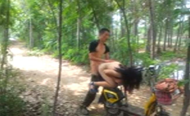 【青姦盗撮動画】まるで中国雑技団・・・自転車を上手に使ってセックスする男女