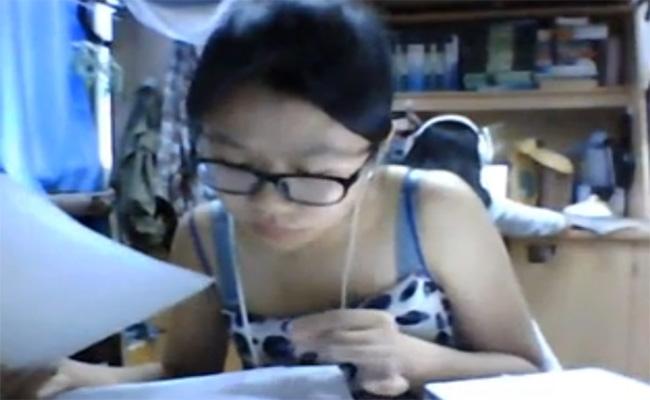 【Webcamハッキング盗撮動画】真面目に勉強する地味メガネな女の子を観察する動画